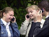 Adolescentes británicos utilizando teléfonos celulares.