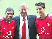 Sir Alex Ferguson with new signings Kleberson (left) and Cristiano Ronaldo