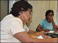 Mujeres debatiendo proyectos en la sede de BP en Casanare