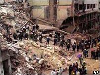 Equipos de rescate sobre las ruinas de la AMIA.