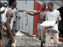 Saqueos en el puerto de Monrovia