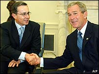 Álvaro Uribe, presidente de Colombia y George W. Bush, presidente de EE.UU.