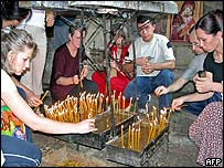 Serbs light candles in memory of dead