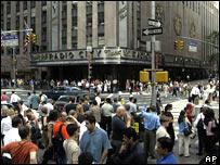 Miles de personas intentan llegar a sus hogares a pie debido al apagón en la ciudad de Nueva York.