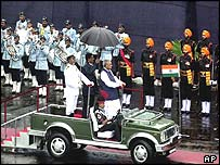 Vajpayee inspects guard of honour at Red Fort