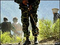 Pakistani soldiers with al-Qaeda suspects on Afghan border
