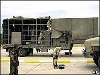 US troops examine a suspected mobile biological weapons facility in Iraq (archive)