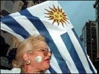 Señora con bandera uruguaya.