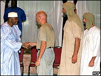 Freed European hostages meet President Amadou Toumani Toure (l)