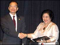 Chinese Premiser Wen Jiabao, left, shakes hands with Indonesian President Megawati Sukarnoputri