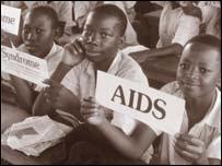 Ni�os en Uganda aprenden sobre el SIDA.