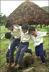 Niños jugando en el campo