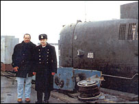 Файнберг (слева) у подлодки в Кронштадте