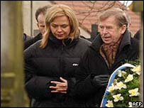 Havel and wife lay wreath at the grave of former president TH Masaryk