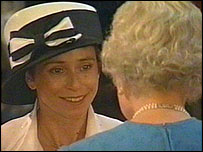 Jane Tomlinson receives her MBE from the Queen