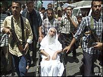 Sheikh Yassin attends Abu Shanab funeral in Gaza