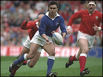 Samoan fly-half Stephen Bachop makes a pass against Wales in 1991