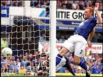Steve Watson anota en la victoria del Everton sobre el Fulham