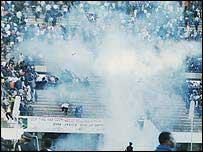 Polic�as lanzan granadas de gas en la tribuna de un estadio de f�tbol