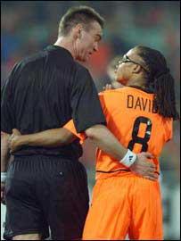Edgar Davids de Holanda se abraza al �rbitro Kim Milton Nielsen