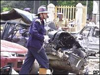 Policía y bomberos inspeccionan vehículos destruidos por una de las bombas