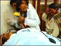 Un aindígena boliviana (der.) llora luego de que su esposo, Evaristo Vilcarani, es declarado muerto