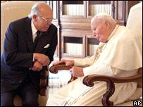 El Papa junto a Jorge Batlle.