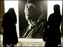Monjas ante una fotograf�a de la Madre Teresa
