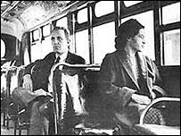 Rosa Parks en un autobús en 1956