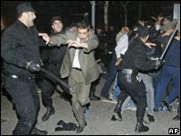 Полиция разгоняет демонстрантов в Баку