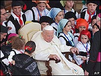Juan Pablo II rodeado de fieles