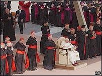Juan Pablo II rodeado de cardenales