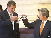 El presidente de México, Vicente Fox, brinda con el primer ministro japonés, Junichiro Koizumi, durante un almuerzo en su residencia oficial  en octubre de 2003