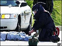 Police check Brian Wells's body for further explosives (2003 photo)