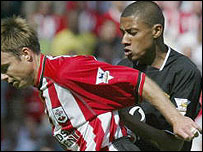 Kleberson tangles with Graeme Le Saux against Southampton