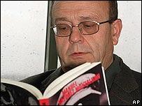 Manuel Vázquez Montalbán hojea una de sus novelas