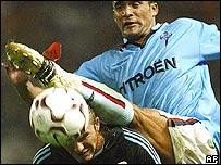 Juan Francisco García del Celta intenta patear una pelota sobre la cabeza de David Beckham del Real Madrid