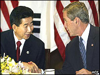 South Korean President Roh Moo-hyun (right) and US President George W Bush