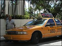Miguel Linares y su taxi.