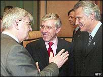 German Foreign Minister Joschka Fischer (left) with his British and French counterparts Jack Straw (centre) and Dominique de Villepin (right)