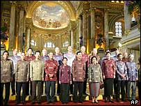 Apec leaders pose for final group photo