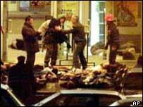 Спецназовцы выносят заложников из здания театрального центра на Дубровке