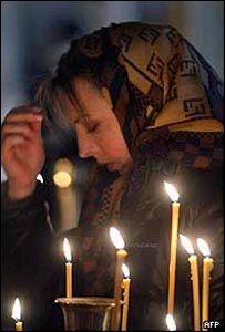 Woman mourning at memorial service for Dubrovka victims