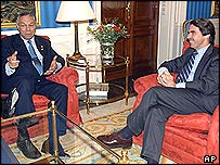 US Secretary of State Colin Powell (l) chats with Spanish Prime Minister Jose Maria Aznar at the Moncloa palace in Madrid
