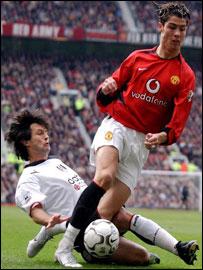 Inamoto tackles Man Utd's Ronaldo