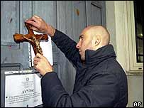 Italian far-right activist attaches crucifix to school door in Ofena