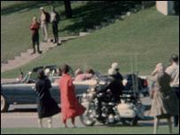 Jacqueline Kennedy abraza a su esposo segundo después del atentado