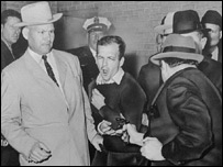 Jack Ruby, propietario de un club de Dallas, dispara contra Lee Harvey Oswald, acusado del asesinato de Kennedy.