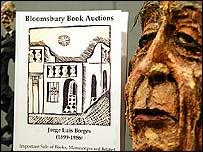 Imagen de Borges con uno de sus libros