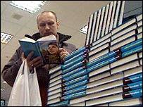 Man reading Elena Tregubova's book, Tales of a Kremlin Digger
